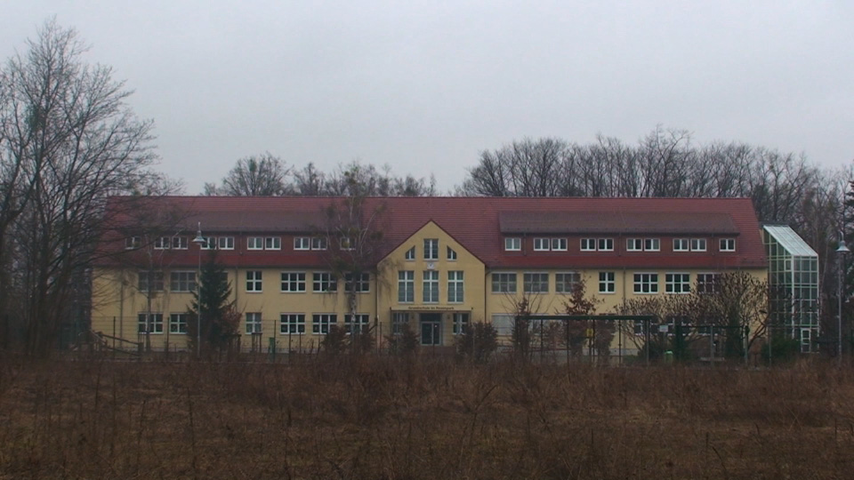 http://thomas-wiczak.com/possible%20airfield/school.jpg
